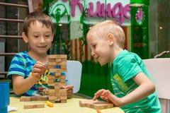 Dzieci bawić się gry planszowej jenga Cheboksary, Rosja, 03/12/2018 obraz stock