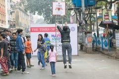 Dzieci bawić się koszykową piłkę przy Parkową ulicą, Kolkata Obrazy Royalty Free