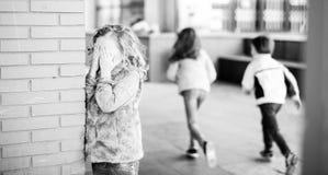 Dzieci bawić się kryjówkę aport w boisku szkolnym - i - Zdjęcia Stock