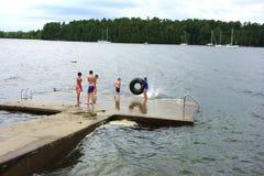 Dzieci bawić się na jeziorze Obraz Stock