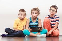 Dzieci bawić się na pastylce Zdjęcia Stock