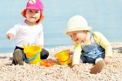 Dzieci bawić się na plaży Zdjęcia Royalty Free