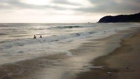 Dzieci bawić się na plaży obraz stock