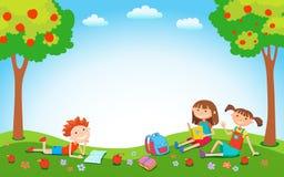 Dzieci bawić się na trawie w parku przed szkołą Fotografia Stock