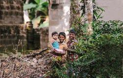 Dzieci bawić się na ulicach wioska na Październiku 23, 2013 zdjęcie royalty free