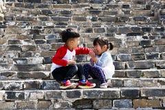 Dzieci bawić się na wielkim murze obrazy stock