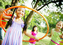 Dzieci Bawić się obręcza ćwiczenia Rozochoconego pojęcie fotografia stock