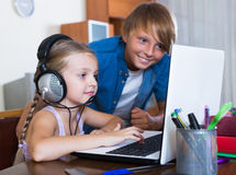 Dzieci bawić się online na laptopie Fotografia Royalty Free