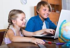 Dzieci bawić się online na laptopie Fotografia Stock