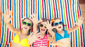 Dzieci bawić się outdoors w lecie obraz royalty free