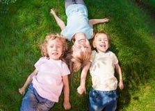 Dzieci bawić się outdoors w wiosna parku fotografia stock