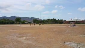 Dzieci bawić się piłkę nożną na polu w Wietnam zdjęcia stock