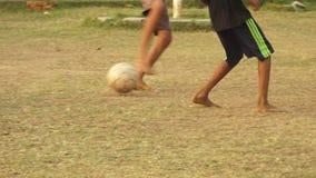 Dzieci bawić się piłkę nożną w obszarze wiejskim India zbiory