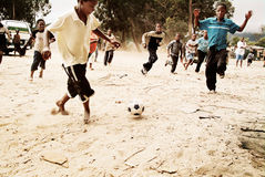 Dzieci bawić się piłkę nożną w społeczności miejskiej, Południowa Afryka Zdjęcia Stock