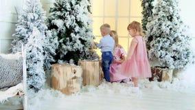 Dzieci bawić się pod choinką zbiory