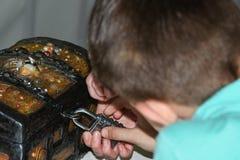 Dzieci bawić się poszukiwanie, skarb klatka piersiowa, otwarty żelazny kędziorek, sztuka, rozrywki, park rozrywki, rola sztuki, d Obraz Royalty Free