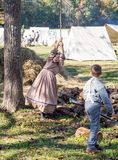 Dzieci Bawić się przy Amerykańskim wojny domowej Reenactment zdjęcie royalty free