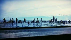 Dzieci bawić się przy fontanną Obrazy Royalty Free
