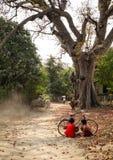Dzieci bawić się przy małą wioską w Dong Thap, Wietnam Fotografia Royalty Free