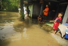DZIECI BAWIĆ SIĘ PRZY powodzią Fotografia Stock