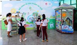 Dzieci bawić się przy supermarketem w Saigon, Wietnam Fotografia Stock