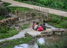 Dzieci bawić się przy wioską fotografia royalty free