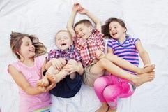 Dzieci bawić się roześmianego łaskotanie Obrazy Stock