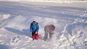 Dzieci bawić się w śniegu zbiory wideo
