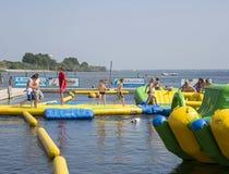 Dzieci bawić się w aqua pluśnięcia parku Zdjęcie Royalty Free