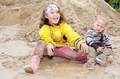 Dzieci bawić się w błocie Zdjęcia Royalty Free
