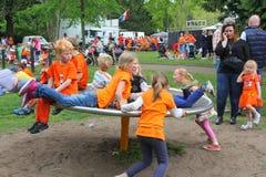 Dzieci bawić się w carrousel, Holandia obrazy stock
