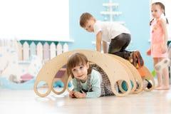 Dzieci bawić się w dziecinu zdjęcia royalty free