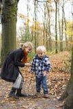 Dzieci bawić się w lesie zdjęcia stock