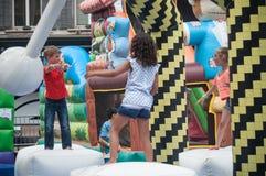Dzieci bawić się w nadmuchiwanej grą w głównym miejscu Zdjęcie Stock