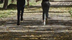 Dzieci bawić się w parku Szczęśliwa dziewczyna i chłopiec biegamy wokoło w parku zbiory