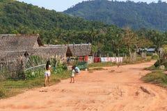 Dzieci bawić się w ulicach wioska Nacpan w Filipiny Obraz Stock