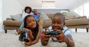 Dzieci bawić się wideo grę w żywym pokoju zdjęcie wideo
