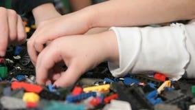 Dzieci bawić się z budynku zestawem Zakończenie