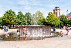 Dzieci bawić się z fontanną fotografia stock