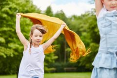 Dzieci bawić się z płótnem i wiatrem obraz stock