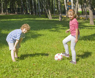Dzieci bawić się z piłką Zdjęcia Stock