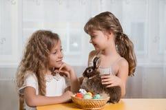 Dzieci bawić się z Wielkanocnym królikiem Fotografia Royalty Free