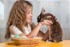 Dzieci bawić się z Wielkanocnym królikiem Zdjęcia Royalty Free