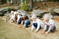 Dzieci Bawić się z wodą na jeziorze zdjęcia royalty free