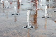 Dzieci bawić się z wodą w parkowej fontannie Szczęśliwi dzieci zabawę bawić się w wodnych fontannach gorące lato Fotografia Stock