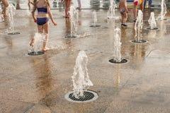 Dzieci bawić się z wodą w parkowej fontannie Szczęśliwi dzieci zabawę bawić się w wodnych fontannach gorące lato Obraz Stock