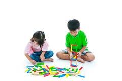 Dzieci bawić się zabawkarskich drewnianych bloki, odosobnionych na białym tle obrazy royalty free