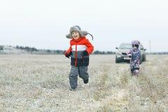 Dzieci bawić się w zimy polu Fotografia Royalty Free