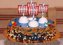 Dzieci bawją się bithday tort z piratami obraz royalty free