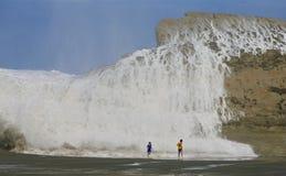Dzieci biega od wody rozbija nad skałą 2 Zdjęcia Royalty Free